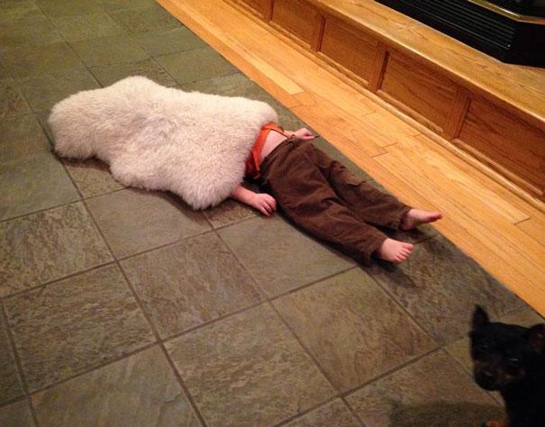 bebe cache sous tapis maison