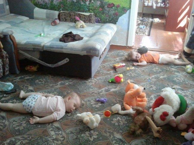 bebe dorment par terre bazar maison