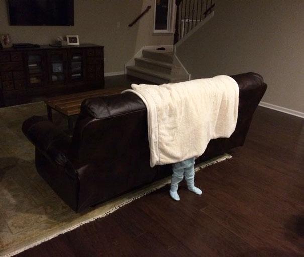 bebe sous couverture salon canape