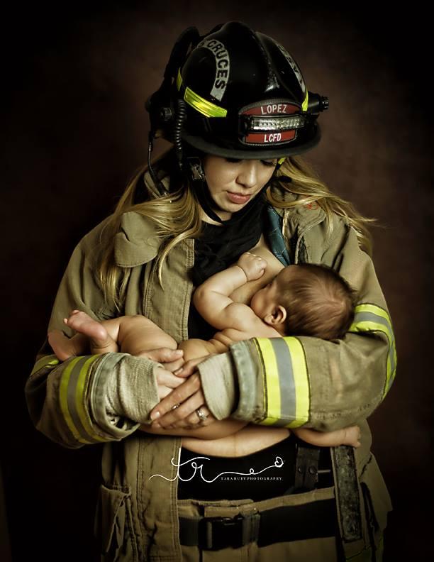 photographie tara ruby femme pompier donne sein bebe