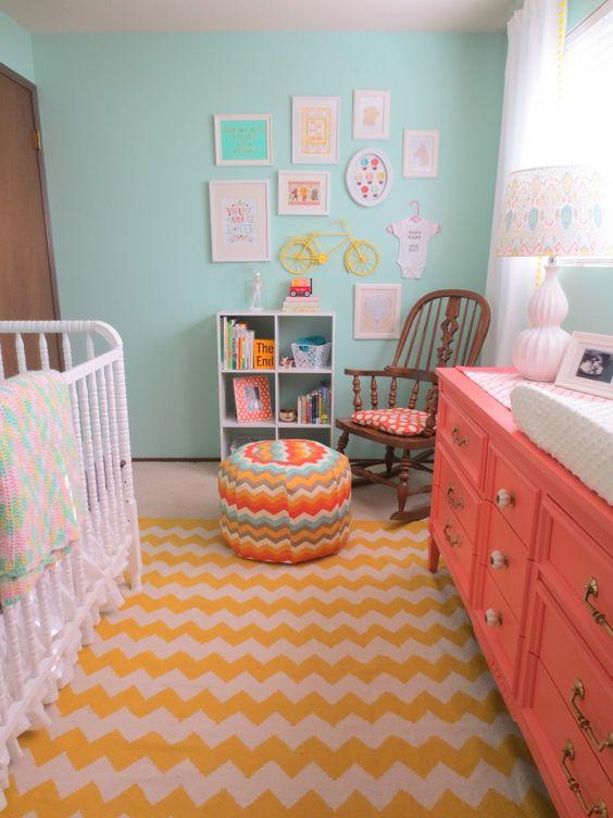 chambre bébé couleur corail-seventies