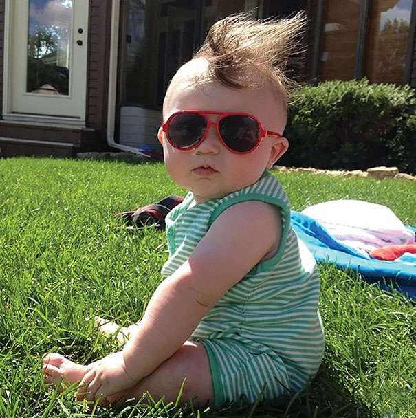 photo bebe chevelu roux lunettes rouges