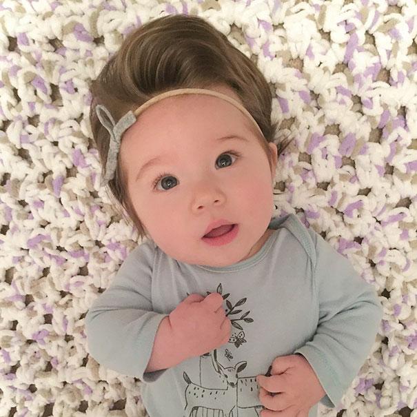 photo bebe chevelu serre tete