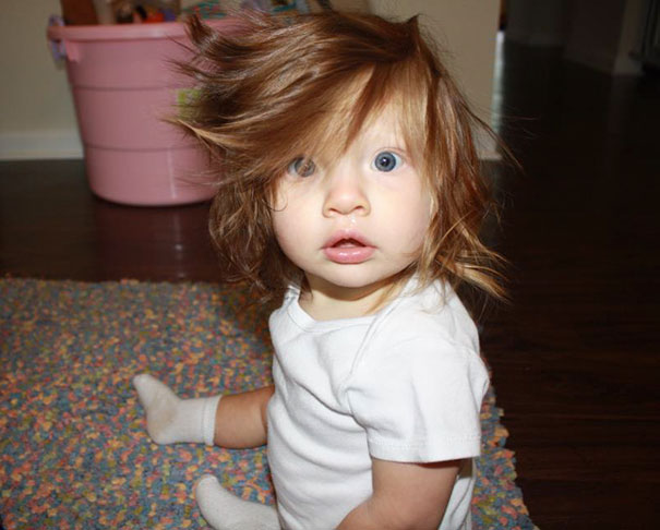 photo bebe cheveux en bazar yeux bleus