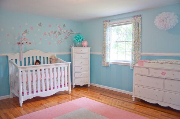 chambre rose bois et bleu pour bebe