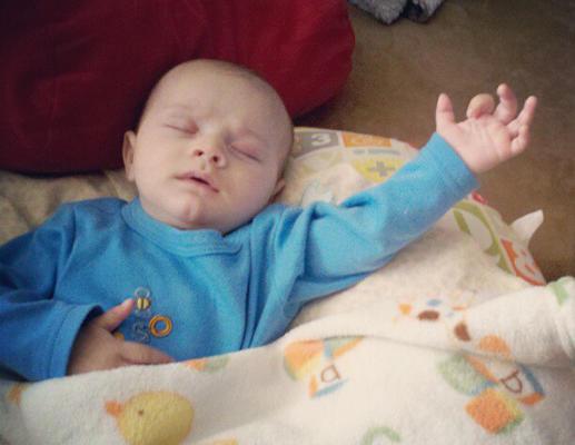 bebe endormi position bizarre