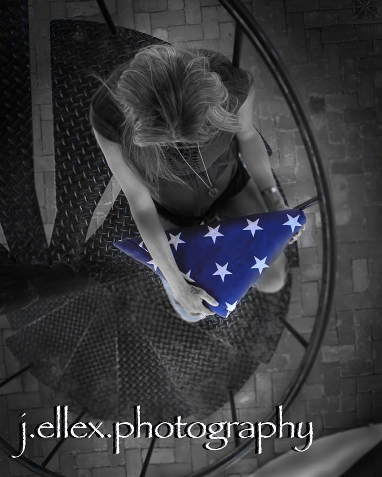 femme policier drapeau