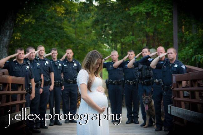 femme policiers salut