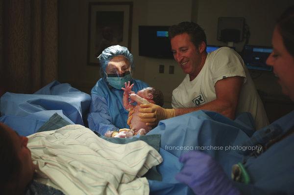 photos-accouchement-papa-et-bebe-bienvenue-photographe-professionnel-17
