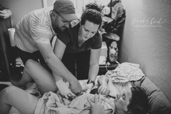 photos-accouchement-papa-et-bebe-bienvenue-photographe-professionnel-21