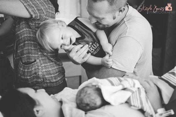 photos-accouchement-papa-et-bebe-bienvenue-photographe-professionnel-32