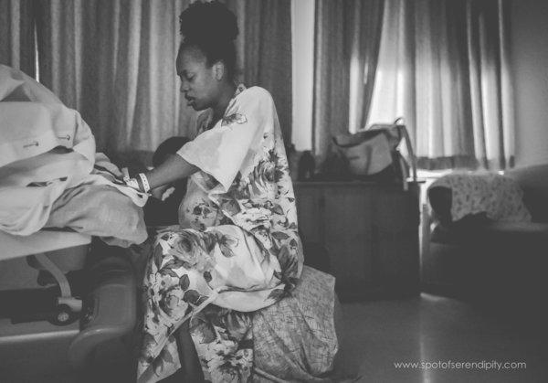 photographes-professionnels-immortalisent-debut-accouchement-12