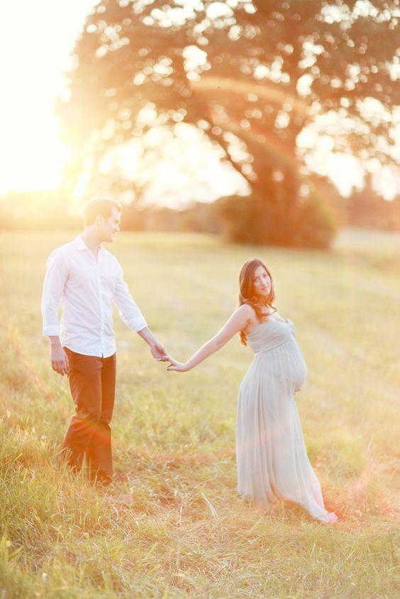 couple amoureux se donnant la main