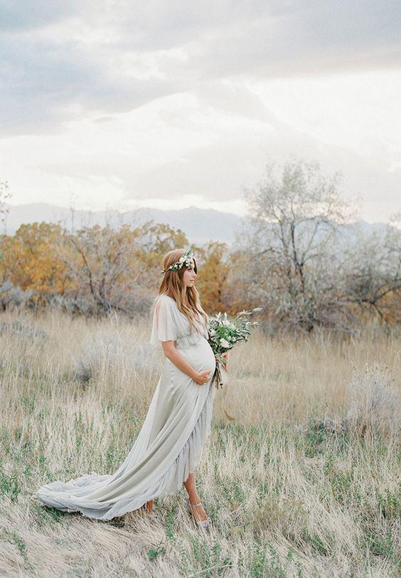 femme enceinte robe longue et couronne de fleurs