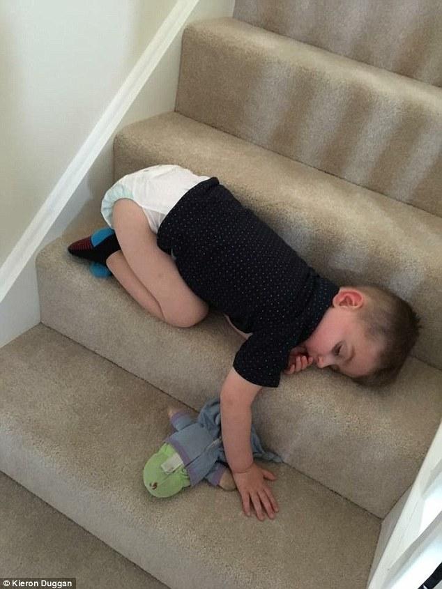 bebes-enfants-photos-endormis-nimporte-ou-5