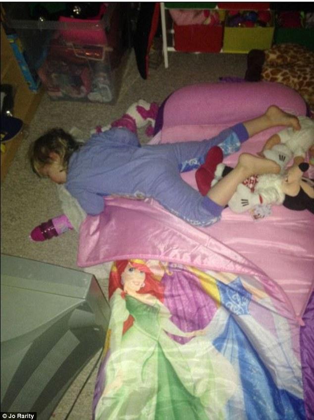 bebes-enfants-photos-endormis-nimporte-ou-7