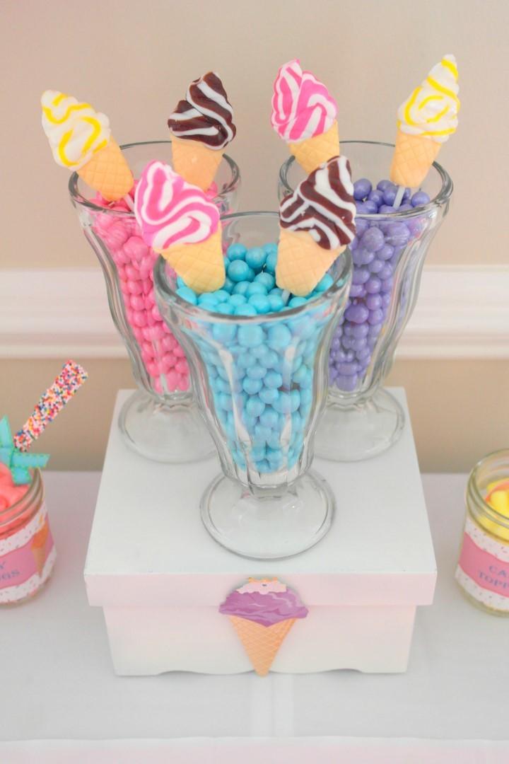On utilise des verres des à glaces pour y disposer des tas de sucreries colorées !