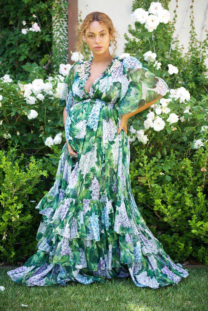 Beyoncé look de grossesse robe ample et fluide fleurie bleue, blanche et verte