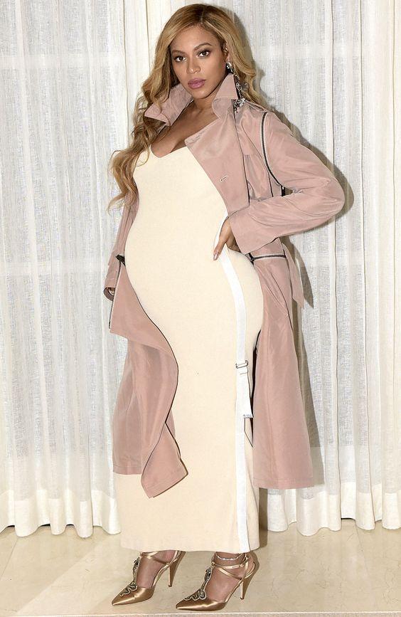Beyoncé look grossesse robe moulante crème et trench long rose parme
