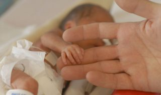 Née alors qu'elle ne pesait que 400 grammes cette petite fille a fêté ses 6 mois