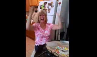 Elle apprend qu'elle va être grand-mère et sa réaction est incroyable