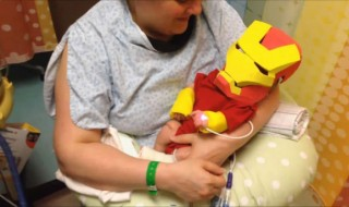 Un bébé prématuré devient un petit Iron Man grâce à son papa