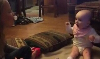 La preuve qu'une bulle de chewing-gum peut littéralement fasciner un bébé