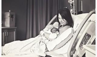Premier moment de tendresse après l'accouchement