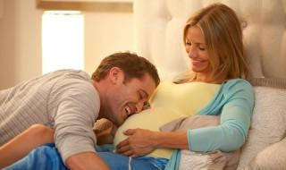 Le futur papa voit le corps de sa femme changer pendant la grossesse