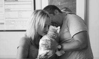 Une photographe immortalise la rencontre entre des parents et le bébé qu'ils adoptent