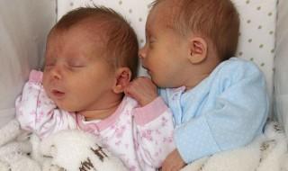 Jumelles identiques… mais pas nées le même jour !