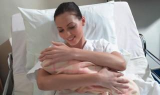Première mondiale: un bébé naît après une greffe d'utérus