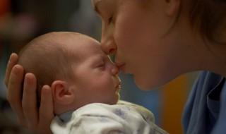 Dorloter bébé est bon pour son cerveau !