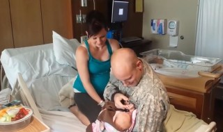 Un soldat suit l'accouchement de sa femme sur tablette et il lui vient une idée…