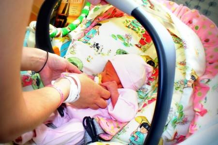 Quel siège auto à moins de 200 € pour sortir de la maternité avec bébé?