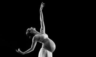 Enceinte, elle danse avec tellement de grâce