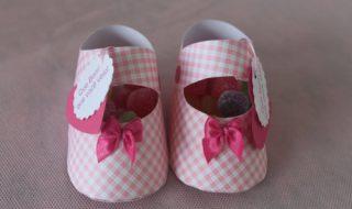 DIY : on remercie les invités de sa baby shower avec des mini souliers remplis de bonbons