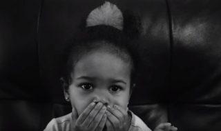 Voici ce qui arrive quand Amalah, 2 ans, joue la baby-sitter avec sa petite sœur !