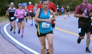 Cette maman pompe son lait tout en courant un semi-marathon !