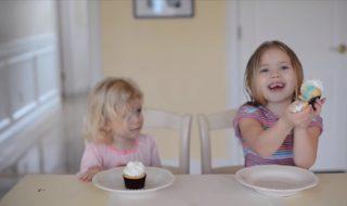 La couleur à l'intérieur de ce cupcake va drôlement décevoir cette future grande sœur !