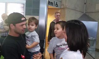 Une magnifique nouvelle attend ce père de famille à l'aéroport…