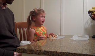 Voilà une petite fille qui n'est pas vraiment ravie que sa maman annonce une nouvelle grossesse…
