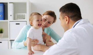 Ce médecin a trouvé une super technique pour faire rire les bébés pendant les vaccins