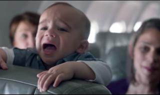 Mais pourquoi les passagers de cet avion applaudissent-ils les bébés qui pleurent ?