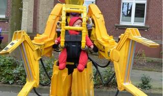 Pour balader bébé, son papa choisit de se déguiser en robot !