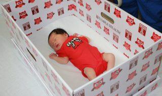 Pour lutter contre la mortalité infantile, cet hôpital distribue des boîtes en carton