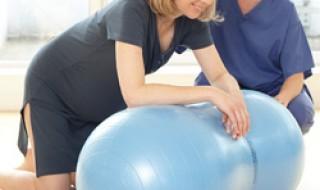Le ballon cacahuète, pratique pour aider les futures mamans sur le point d'accoucher