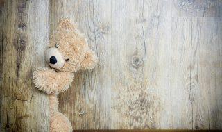 Un ours en peluche devient le complice de cette maman pour qu'elle n'oublie jamais son bébé en voiture