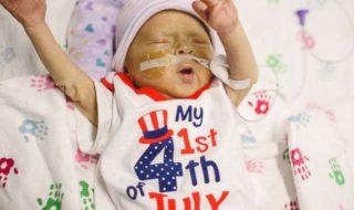 Grâce à leurs infirmières, ces adorables bébés prématurés américains ont pu fêter leur premier 4 juillet aux soins intensifs !