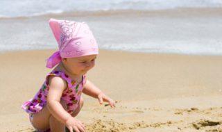 Bébé à la plage : guidons-le vers de nouvelles découvertes cet été